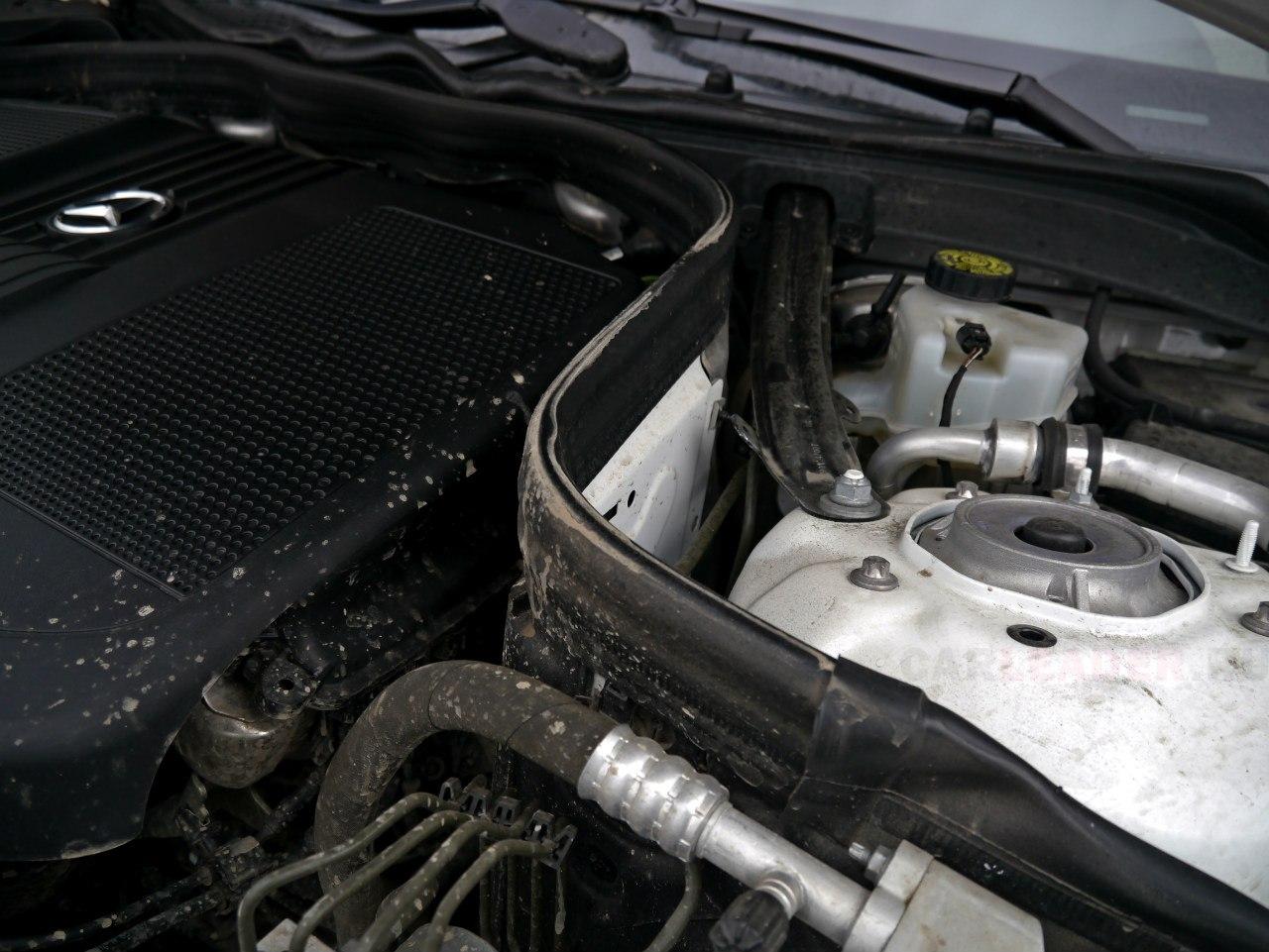 Мотор отделяет от торпеды салона специальная стальная перегородка - дизельный мотор в салоне еле слышно.