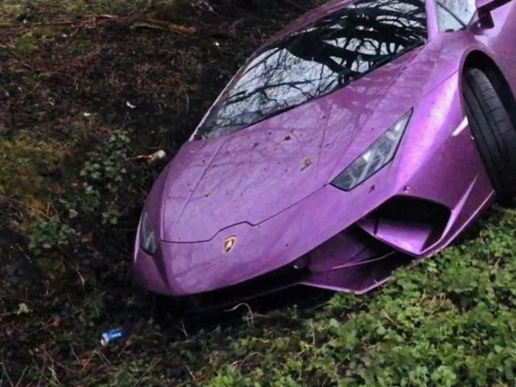 Фиолетовый суперкар Lamborghini нашли брошенным в канаве...