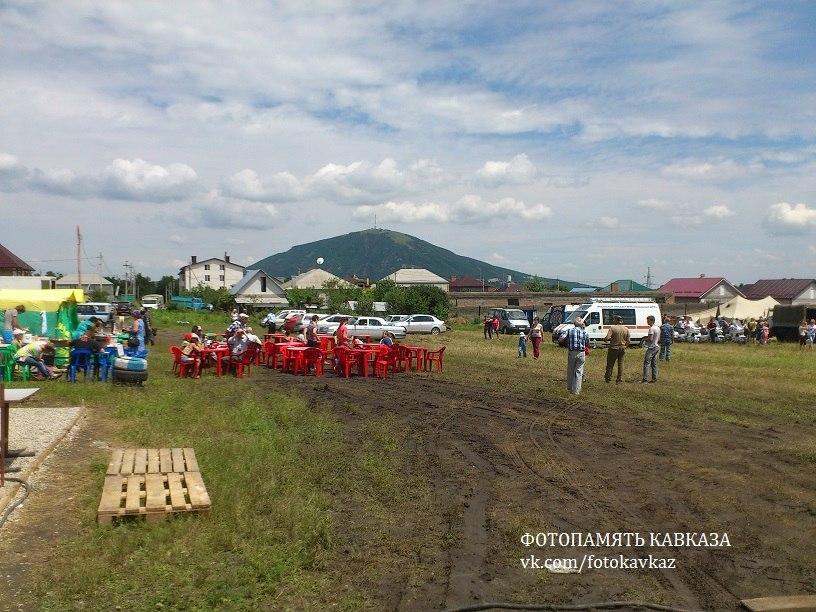 Площадка аэродрома с вышкой (слева)