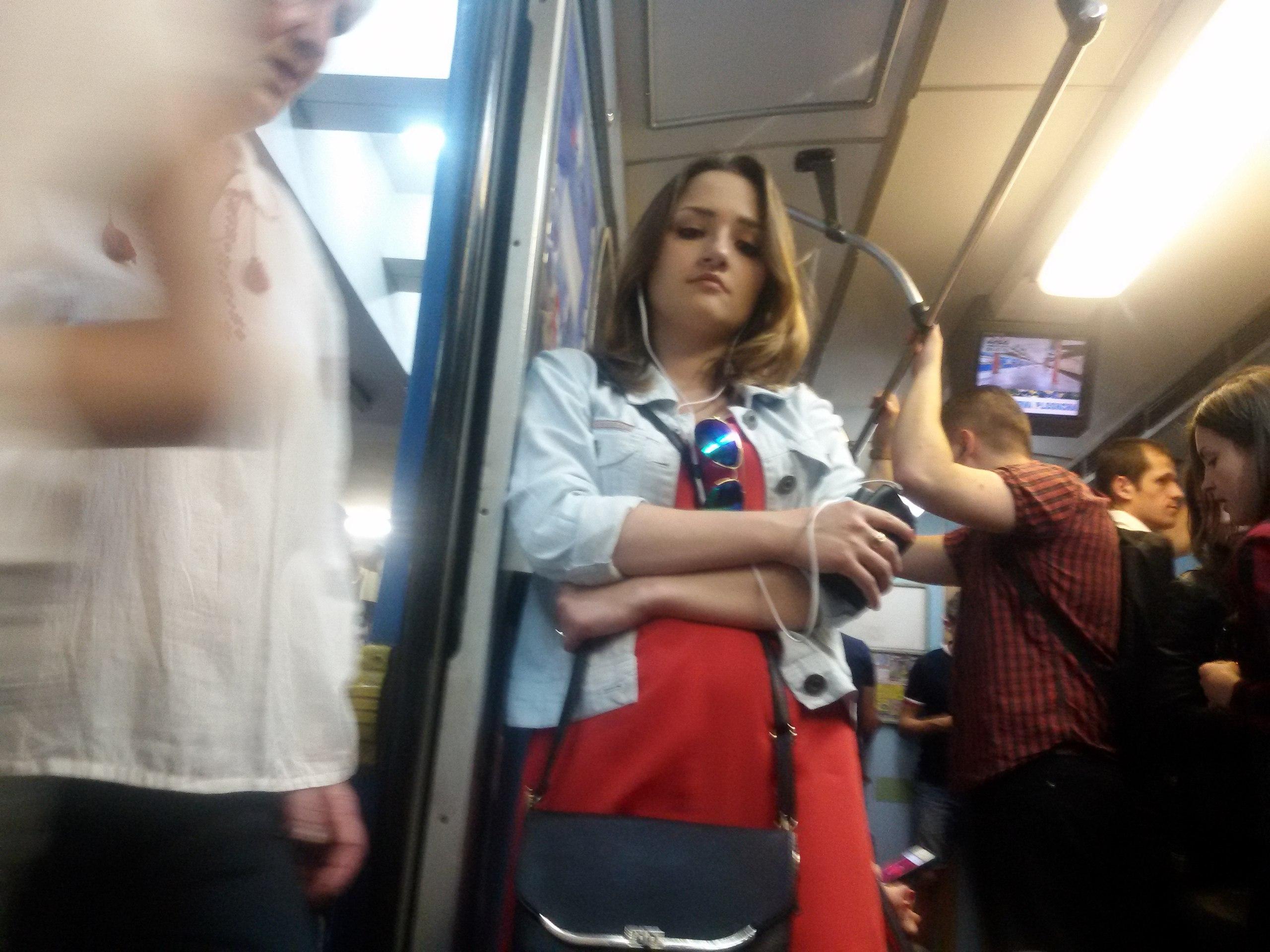 Крутая девушка в метро фото 803-843