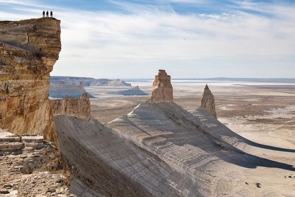 Загадочные места Казахстана Долина Наска, город Мачу-Пикчу, пирамиды Гизы и Сфинкс, Стоунхендж — все эти места ежегодно привлекают миллионы туристов, желающих прикоснуться ктайне. Ведь до сих