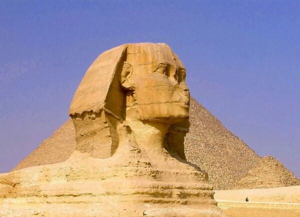 Таинственное существо под названием сфинкс Он неустанный страж египетских пирамид, или кровожадный греческий хищник Стоя на своем посту, он задает каждому проходящему мимо путнику загадку, и