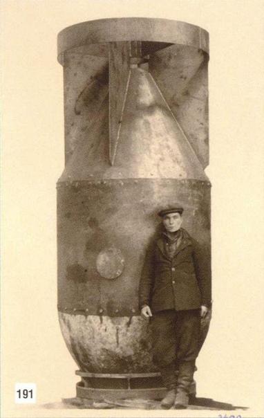 Рабочий-сборщик и массо-габаритный макет первой советской атомной бомбы. 1949 г.СССР