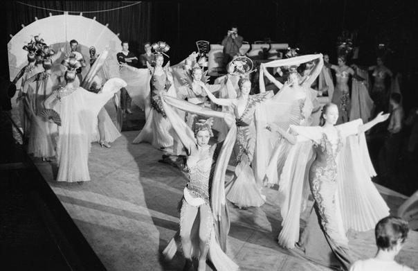 Снимки из закулисья парижского кабаре. Автор: Доминика Берретти, 1960 год.