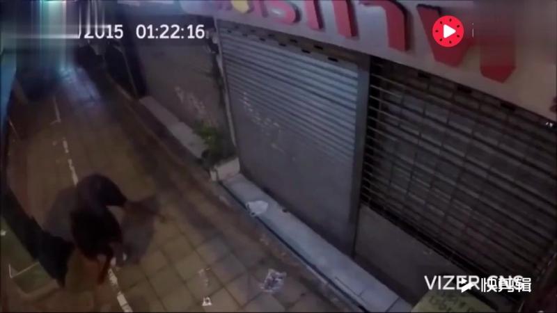 乞丐天天睡在店门口 被老板打骂 查看监控得知真相后泪奔