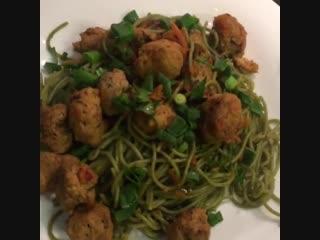 Веганский рецепт шпинатной лапши с соевым мясом