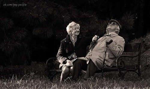 Одну пожилую пару, прожившую 60 лет вместе, спросили:   — Как вам удалось так долго прожить вместе?   — Понимаете, мы родились и выросли в те времена, когда сломавшиеся вещи чинили, а не выкидывали. Дошло!?