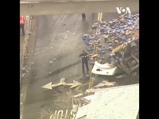 Сотни банок пива Modelo рассыпались по шоссе после аварии перевозящего их грузовика в штате Калифорния