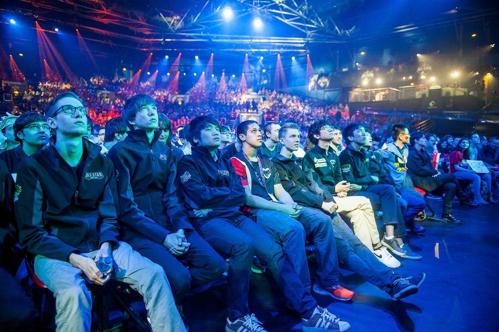 На турнире All Stars в окружении игроков из команды льда.