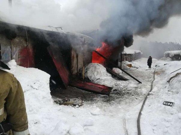 Сразу семь гаражей сгорели в Усть-Илимске