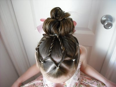 Beautiful and gentle hairdress for the girl: photo instruction