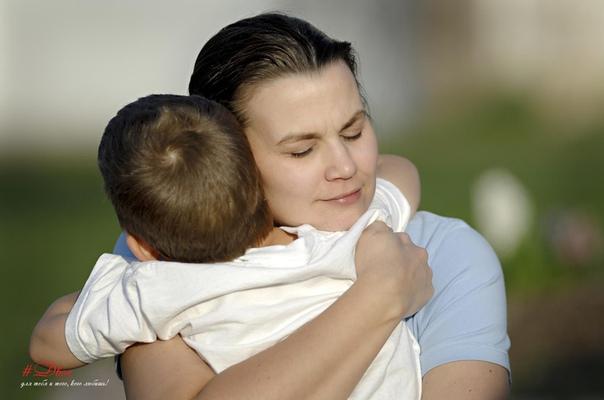 Гладьте ребёнка по голове - это его окрыляет. Чем чаще обнимаете ребёнка - тем крепче он стоит на ногах. Целуйте постоянно дитя своё - и в его сердце всегда будет любовь.