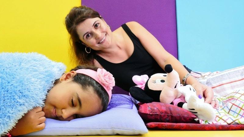 Minnie Mouse erkenden yatıp büyüyor Kız evcilik oyunu