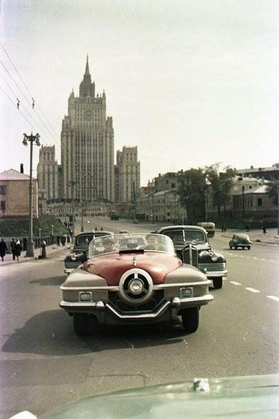 Фото спортивного автомобиля ЗИС-112/1 на улицах Москвы.