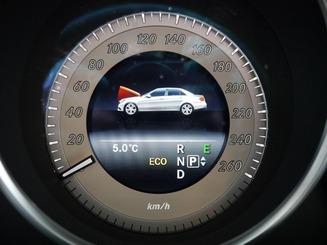 Умный процессор Mercedes-Benz E выводит даже такую информацию.