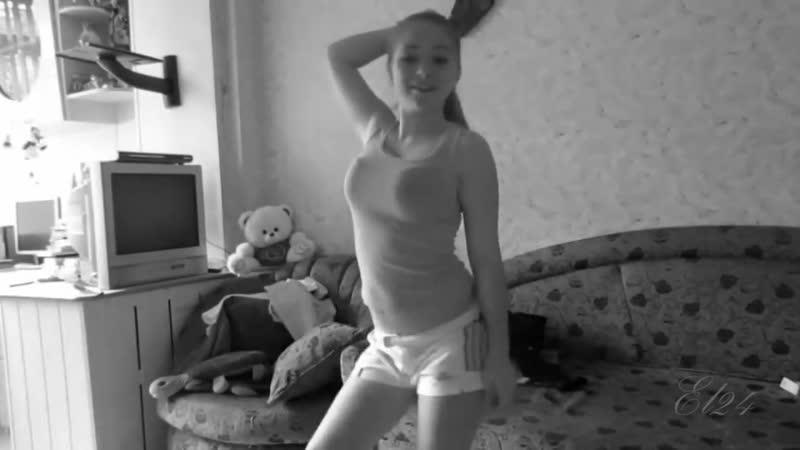 Эротика . Молодая девушка снимает кофту