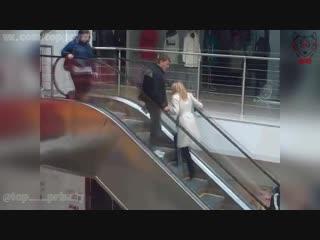Блондинка Пытается Подняться Против Движения Эскалатора