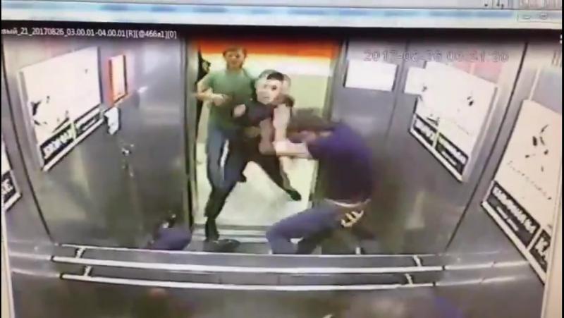 zashla-v-lift-i-trahnuli-video