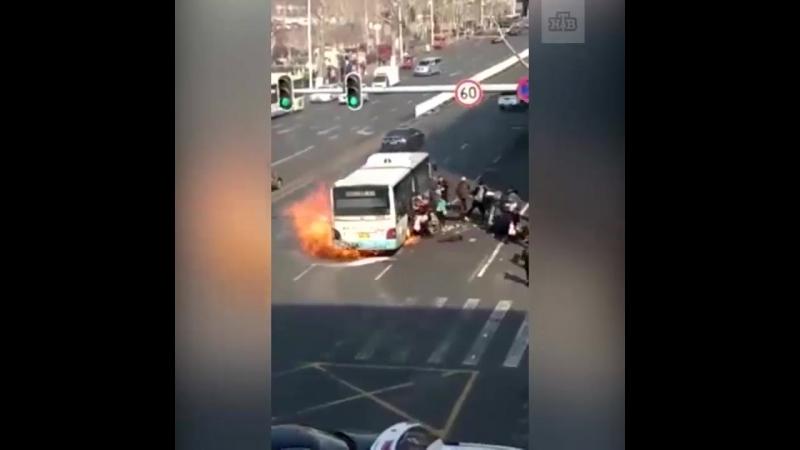 Горящий автобус в Китае