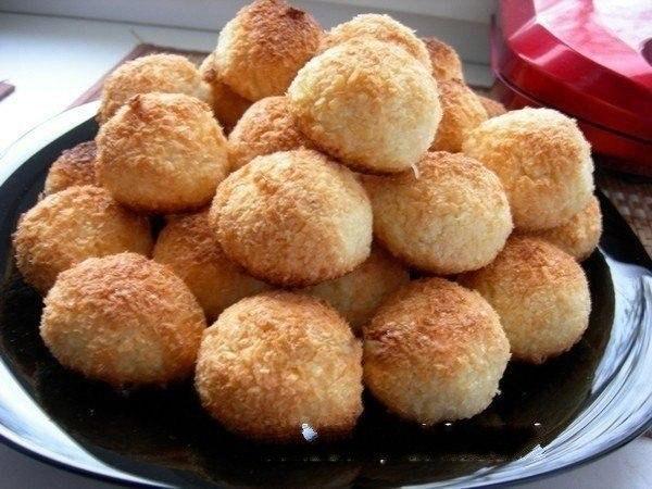 """Печенье """"Кокосанка"""" Для любителей кокосовой выпечки!!! Очень вкусное печенье! Ни грамма муки!!! Хрустящая корочка и нежное внутри! Ингредиенты: -400 гр кокосовая стружка -4-5 шт яйцо -1.5 ст сахар (Стакан 200 гр) Приготовление: Все ингредиенты перемешать (яйца взбивать не надо) в таком порядке, яйца+ сахар+ стружка Посмотрите что в итоге получилось Теперь сформировать шарики с грецкий орех и уложить на пергаментную бумагу Вот и все!!! Далеко не отходите от духовки, печется очень…"""