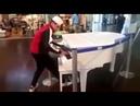 Garoto vai ao shopping e destroça tocando piano sensacional