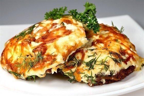 мясо по-французски что нужно: - 1 кг филе свинины- 3-4 луковицы- 3 помидора- 4 крупных картофелины- 200гр. сыра- майонез- соль- перец- растительное маслочто делать: * мясо нарезать