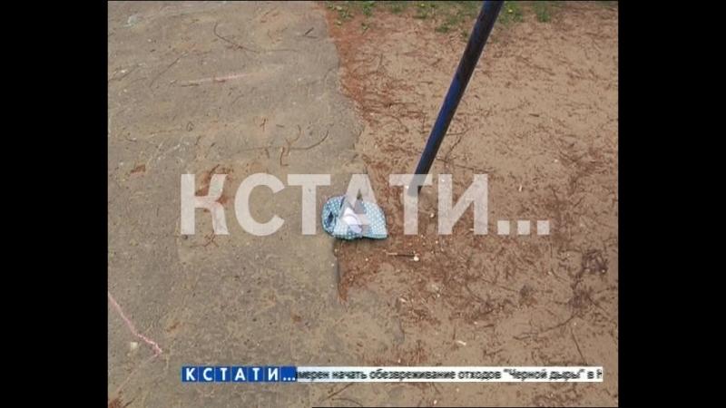 На дворовой площадке железные футбольные ворота раздавили 7-летнего мальчика