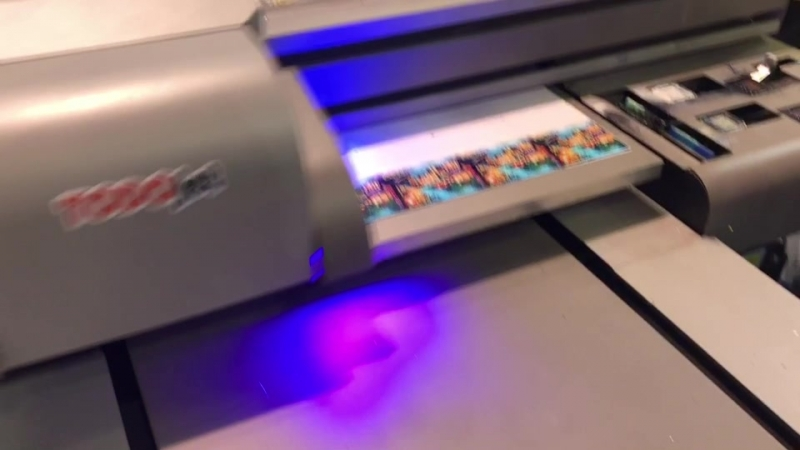 Маленький плоский струйный принтер UV с большей площадью печати и более высокой скоростью печати примерно в 1 6 раза быстрее