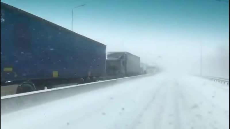 В Ростове-на-Дону выпал сильнейший снегопад а автор данного видео заснял сцену для блокбастера, смотреть до конца!