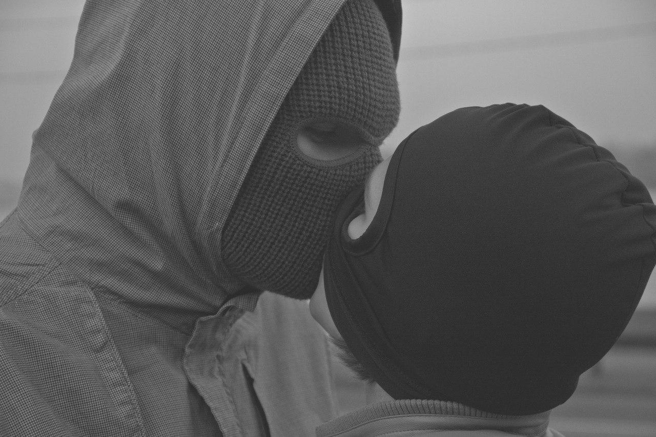 Парень в маске и девушка
