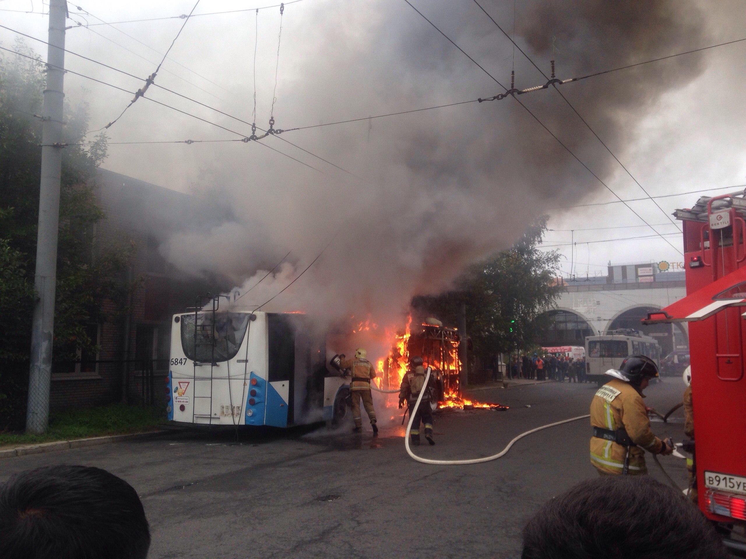 Троллейбус полыхает устанции метро «Старая Деревня»