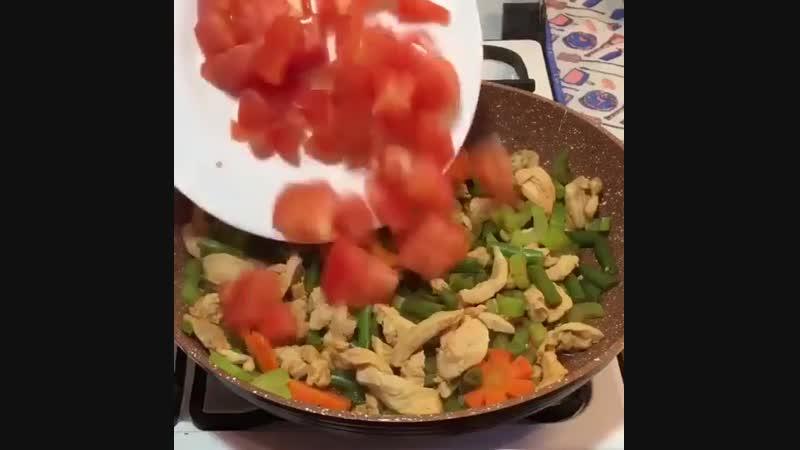Омлет с курицей и овощами идеальный завтрак