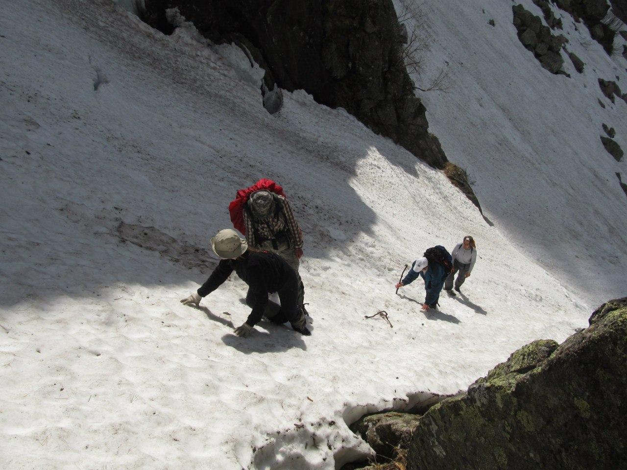 Подъем по снежнику вдоль Грации. Фото: Евгений Кислицын
