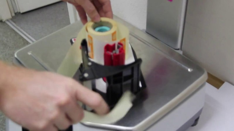 Заправка этикетки в весы с кассетой