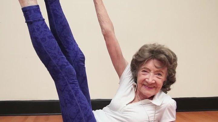 Восхищение! Женщине 98 лет! Занимается йогой.
