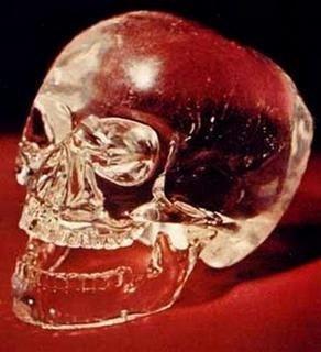 Кто создал хрустальные черепа Первый хрустальный череп был обнаружен в«Городе упавших камней» — так назвали затерянный город древних майя на полуострове Юкатан, найденный в 1924 г. английским