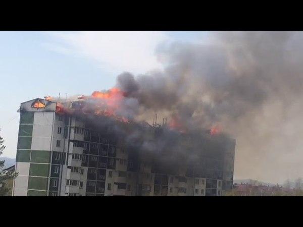 В Южносахалинске горит дом, загорелась крыша многоэтажки, люди эвакуированы