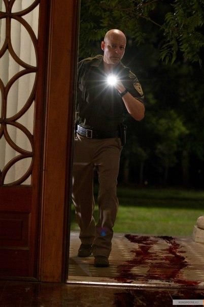 Полицейский входит в дом с кровью на полу