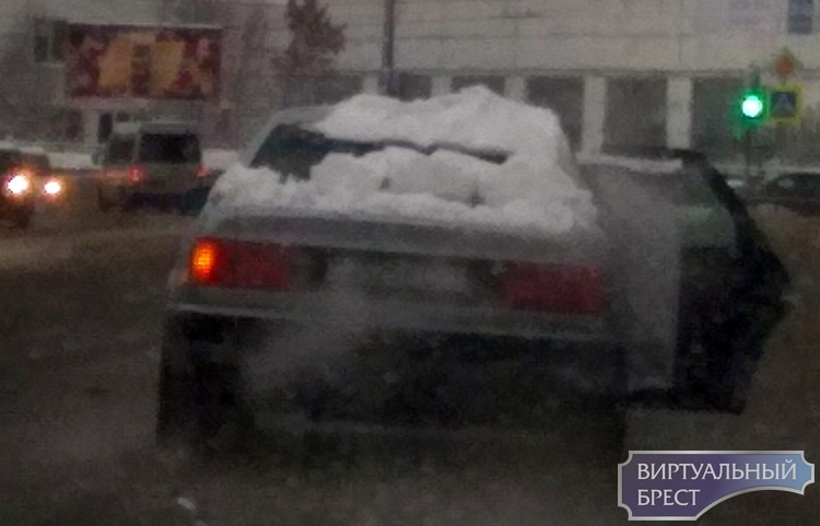 Необычный способ перевозки груза выбрал водитель легковушки. Такого вы ещё точно не видели