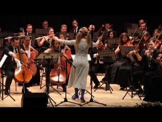 Юлия Пересильд дирижирует оркестром