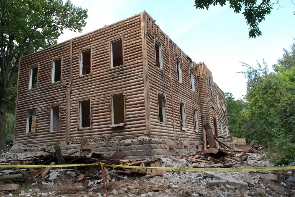 """Уникальный дом, который должен был """"вот-вот рухнуть сам"""", бурили несколько дней. Фото Александры Перелайко."""