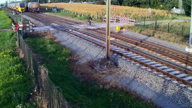 Второй день рождения велосипедиста и поезд разделили считанные сантиметры