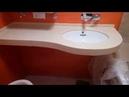 Подвесной умывальник из искусственного камня примыкающий к ванной