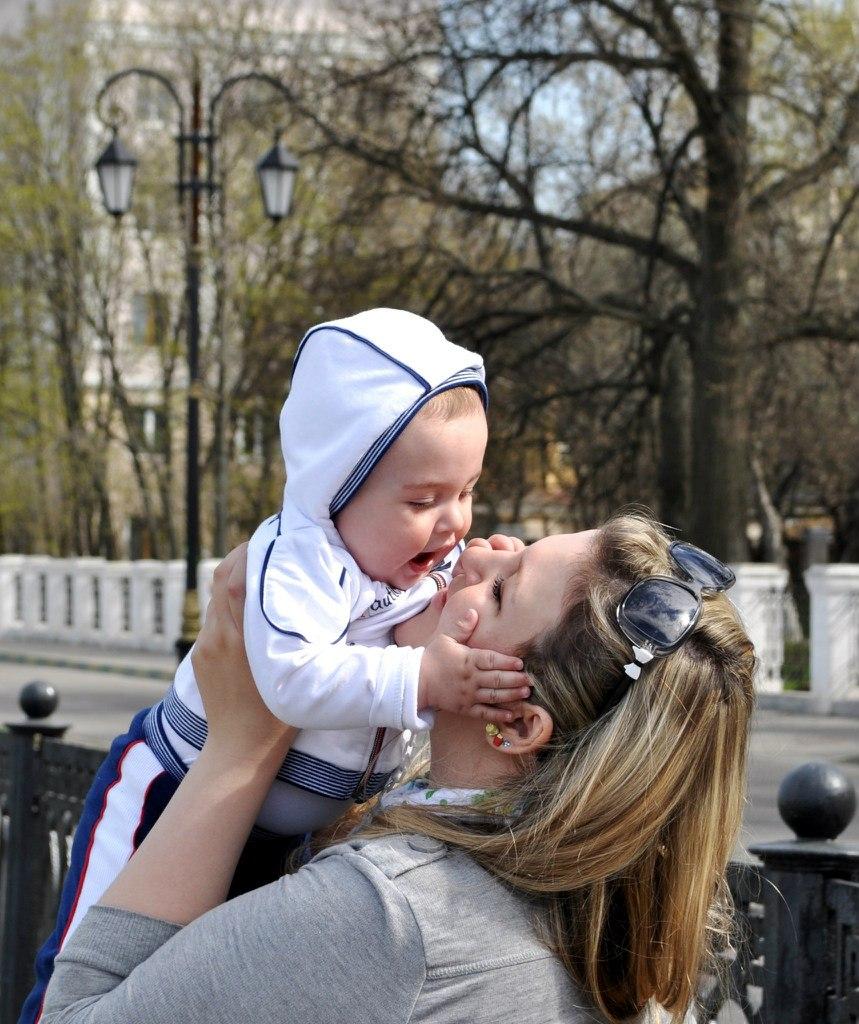 Сынок ласково будит свою маму 8 фотография
