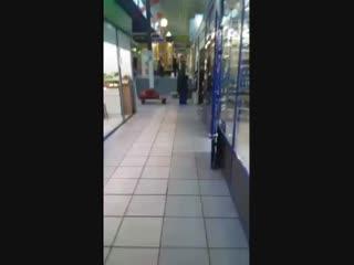 В Иркутском ТЦ на Синюшке продавцы смеются над алкоголиком и просят его зигануть