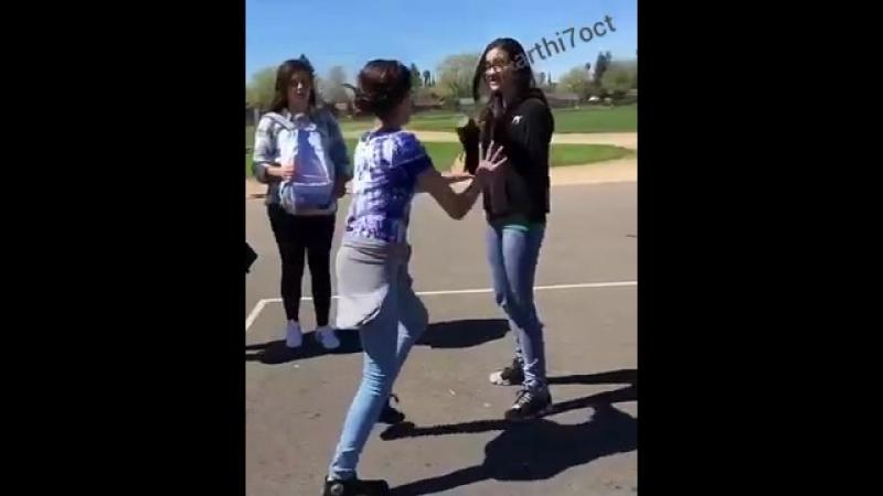 (2) Two cute girls fighting hard in road Girls fighting - YouTube