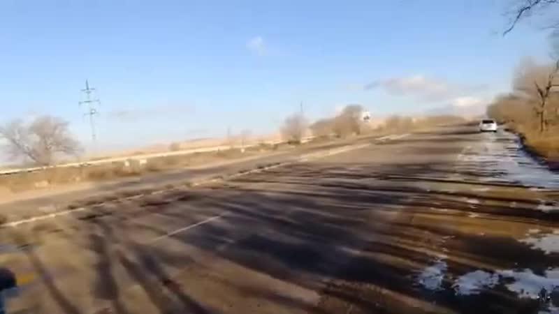 Дорожники закопали ямы на трассе песком и залили их водой под Краснокаменском (урезанное видео)