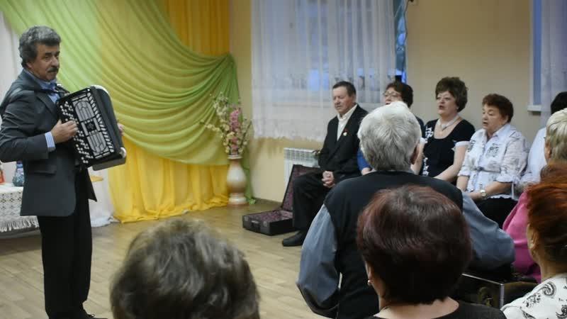 Песню Рябиновые бусы исполняет ансамбль русской песни Россияночка
