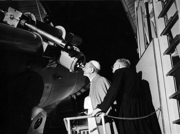 Папа Павел VI наблюдает в телескоп за прилунением Apollo-11