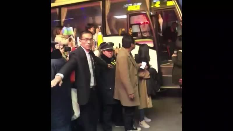 ПС выходят из автобуса